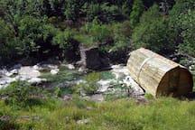 Cabane ecologique au bord de l'eau