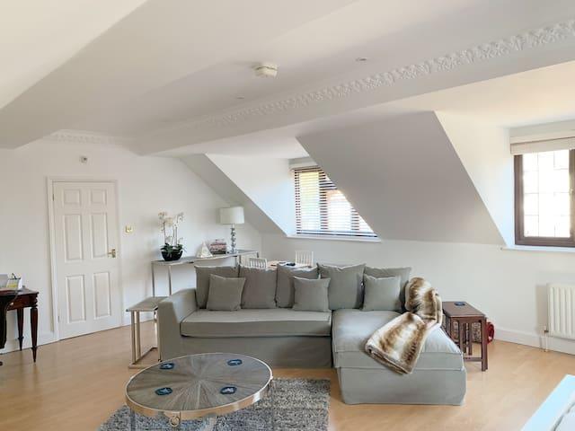 Walton-on-Thames/Weybridge/ Esher/Luxury Apartment
