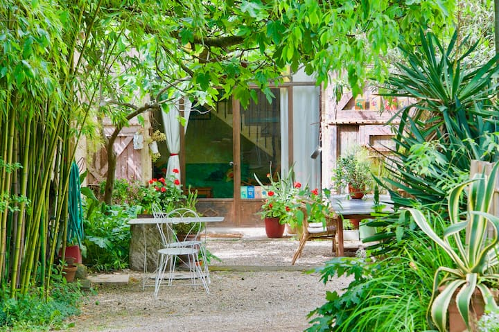 Nice place for 4 persons between Arles and St Remy