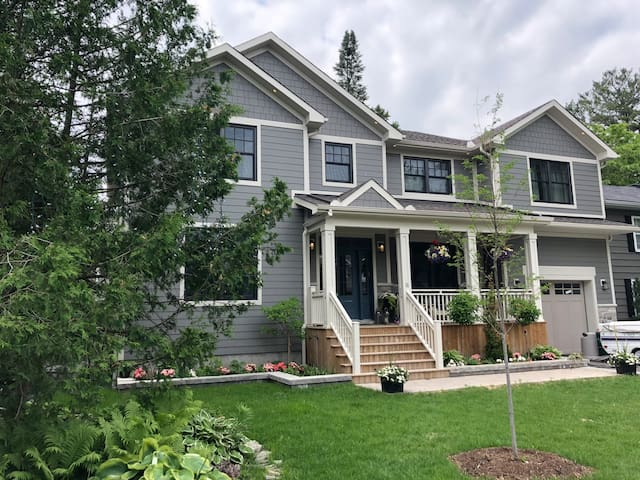 Lakehouse Inspired Retreat Close to Downtown