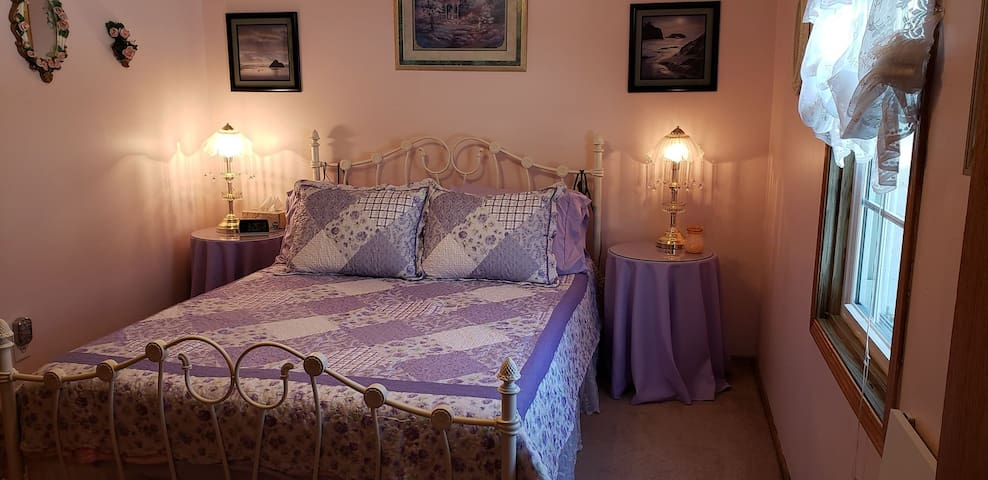 Charming & Cozy  room with  Queen size bed.