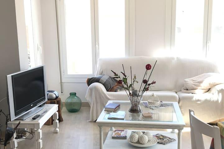 Amplio salon con chimenea donde podréis descansar, desconectar así como disfrutar de todas las comodidades como la TV por cable y Wifi en toda la casa.