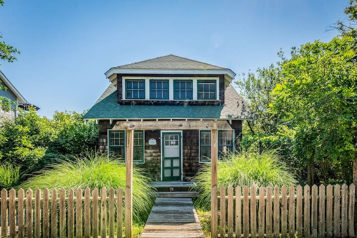 Dog-friendly home with rustic charm - close to beaches and shops!