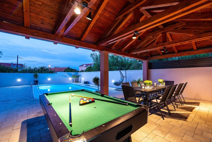 3 bedrooms house with heated pool