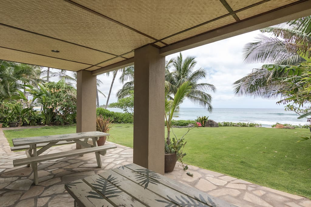 Lanai with 2 picnic tables