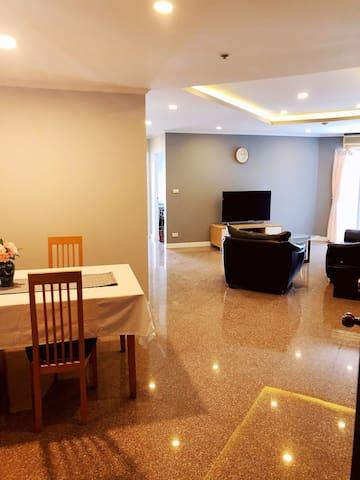 曼谷市中心高档住宅2房2厅,可住4-6人(86平方/24)近地铁近商圈,购物出行便利!