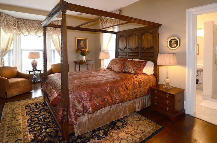 Cathedral Hill Room-Corban Manor Inn