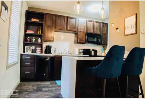 Modern condo with garage. Quick walk to the square