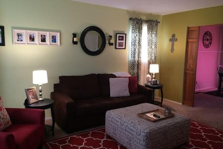 Furnished Room in Charming South KC Townhouse - Kansas City
