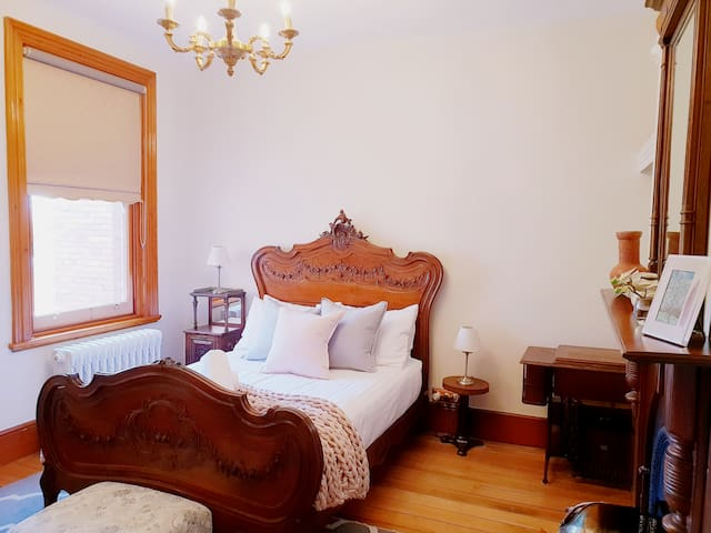 """Old WORLD Charm"" 5min CBD, WIFi, Parking"