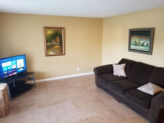 Condo Near Restaurants/Airport/Save Mart Center
