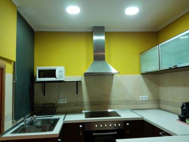 Cocina completa con cafetera Nespresso , horno , microondas , lavadora , nevera  utensilios ...