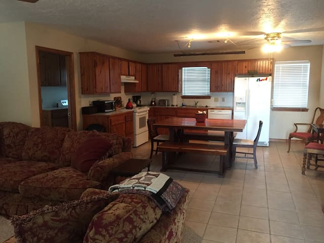 2Bed/1Bath Guest House on 60+ acre Farm - Sulphur - Maison