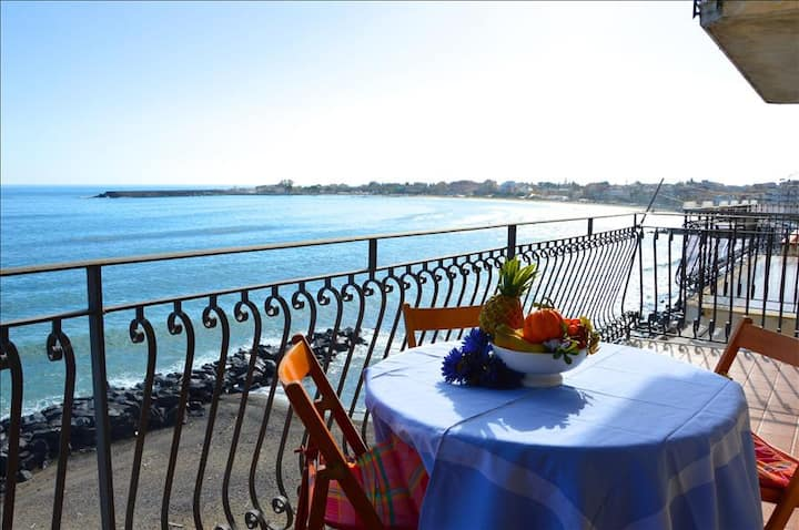 Casa Camelia - Apartment in front of the beach in Giardini Naxos
