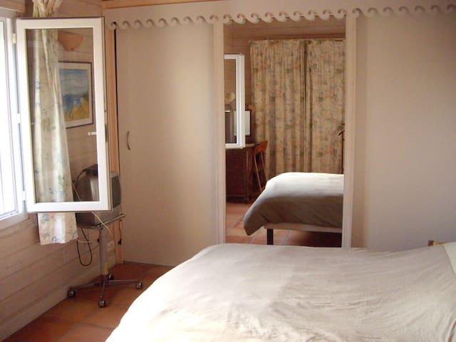 Chambre 1 : lit double vue sur piscine