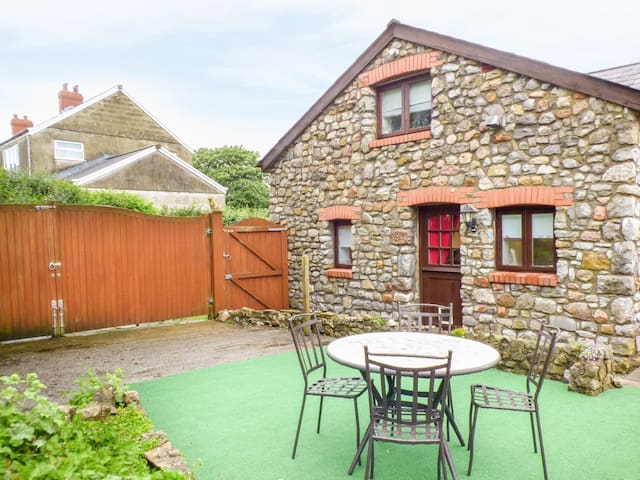 THE GRANARY, romantic, with a garden in Scurlage, Ref 931742