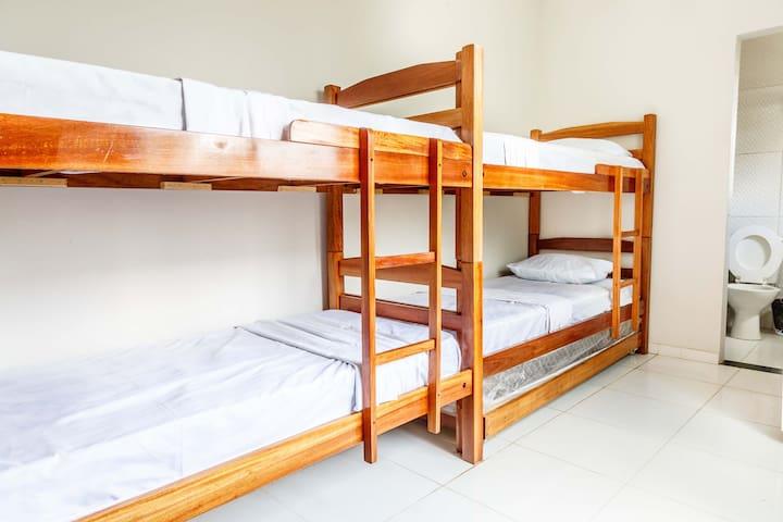 Quarto compartilhado 8 camas