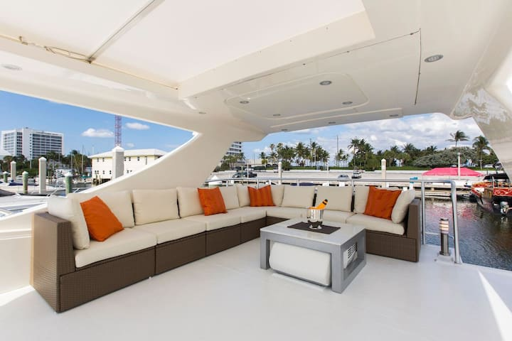 LUXURY Boatel Close to the Beach
