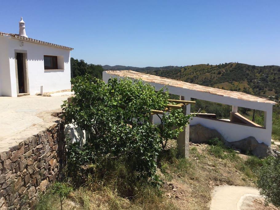 Devant la Casa, une grande terrasse privative et ombragée qui sert de salon et de SAM