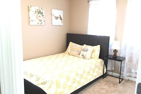 Cute & Sunny Private Room w/ TV! - Mountain House - Hus