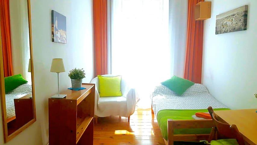 Sunny room with a Balcony +Terrace - Lisbon Center