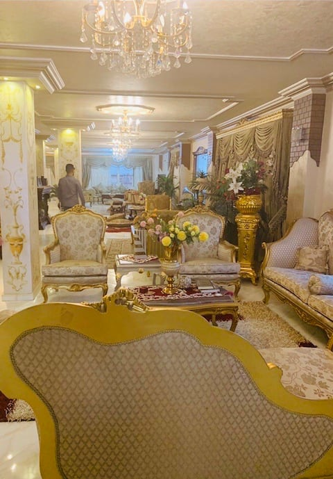 6000 square foot house queen suite