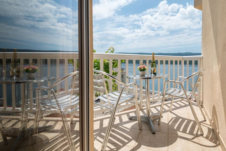 Apartments Knežević - Studio Apartment with Balcony and Sea View 16