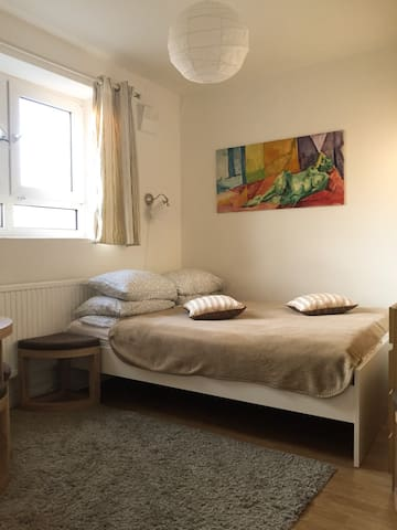 Bright Double Room in Camden Town - London