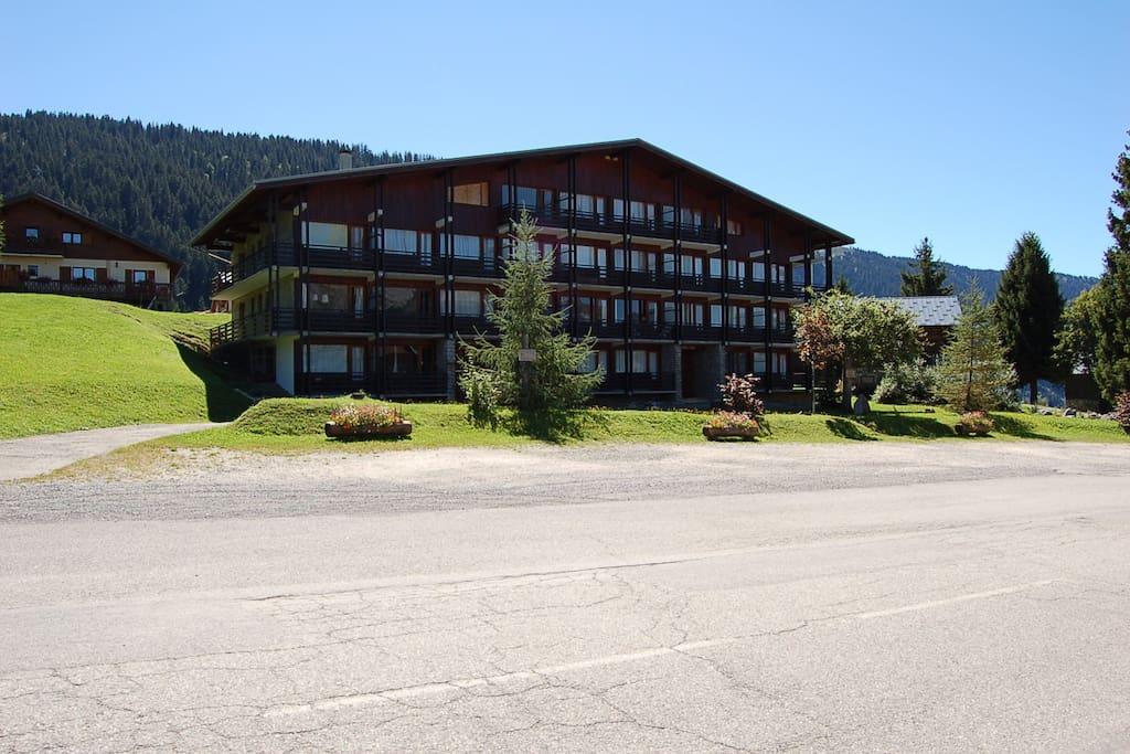 Vue de l'immeuble, les commerces sont à 50 mètres sur à gauche (bar, skis, restaurant, traiteur)