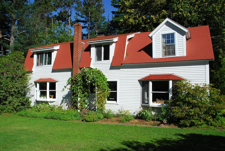 Lakeside retreat, $995/wk Sat-Sat, June+July