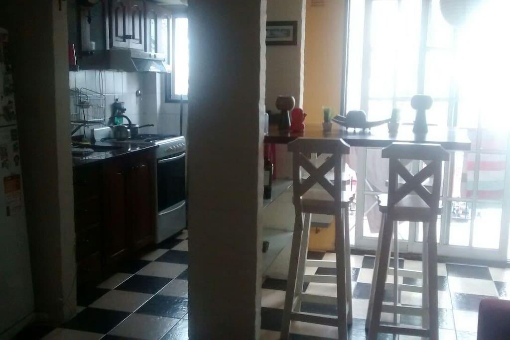 En la planta baja se encuentra la cocina,una barra desayunadora  con cuatro banquetas.