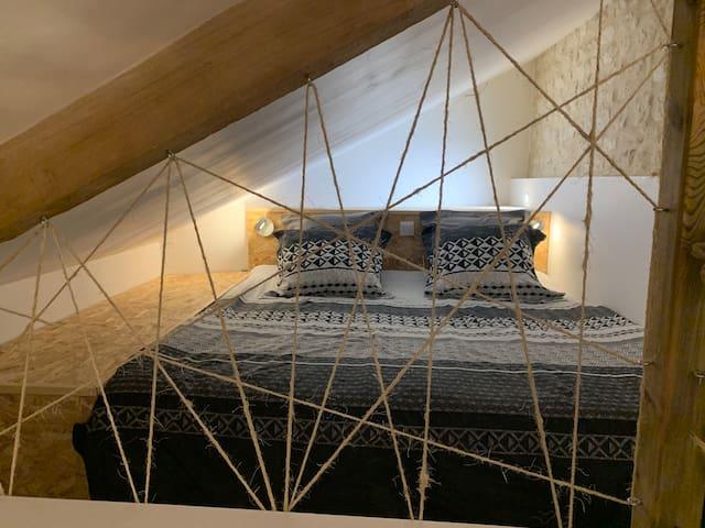 """Lit """"cabine"""" en mezzanine sous pente de toit"""