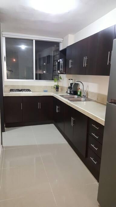 Cocina equipada, con enseres y electrodomésticos