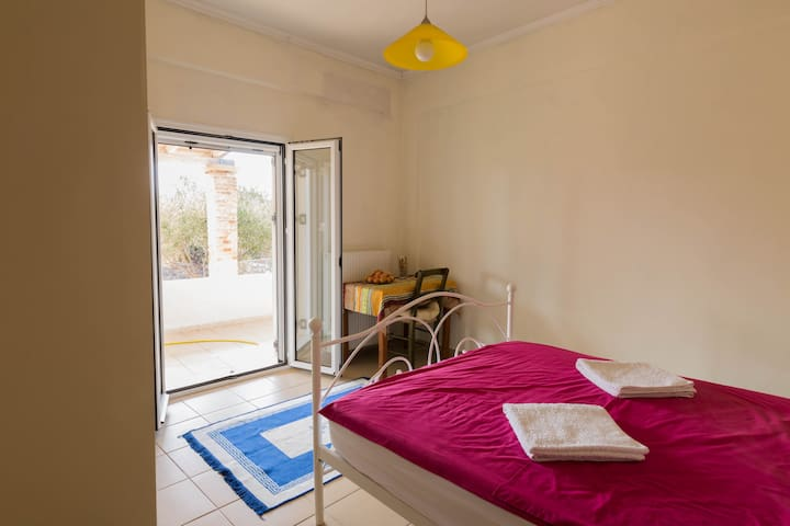 Sunny room close to Chania Airport - Zornadis