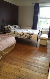 Large room in period house. Sleep up to 4 - Hus