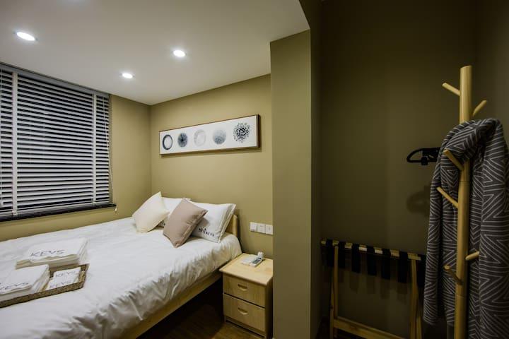 次卧1.5米的双人床,行李架。木制床具。