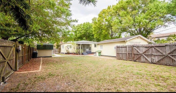 Cozy Bungalow near downtown, beaches, and I-275
