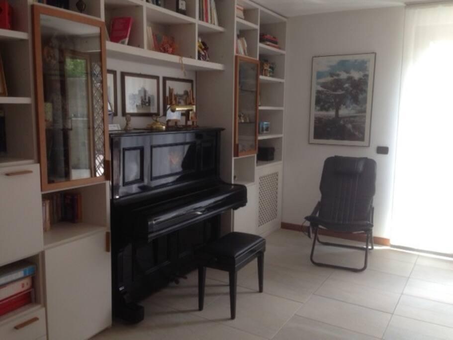 Il salone con il pianoforte
