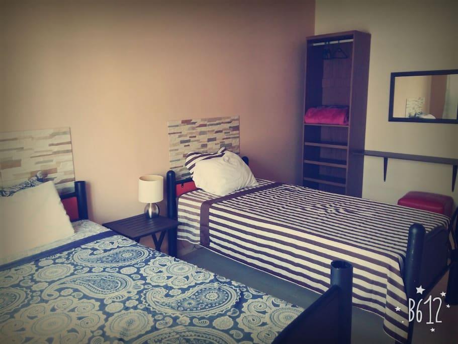 2 comodas camas individuales.