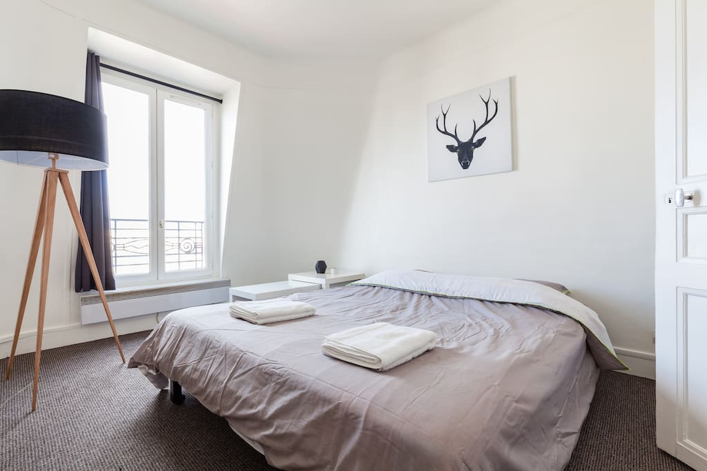 Pièce n°1 : avec le canapé déplié.  Room 1 : with the sofa in bed position.