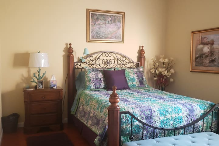 Beautiful cozy comfortable large queen size bed with high end linens with Monet motif. Has nice working desk and HDTV.