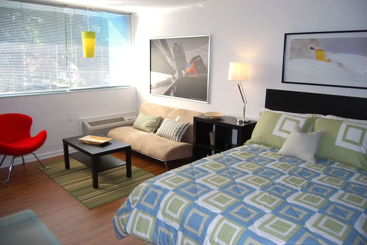 Cool Classic Studio Apartment (B) - Includes Weekly Cleanings w/ Linen Change