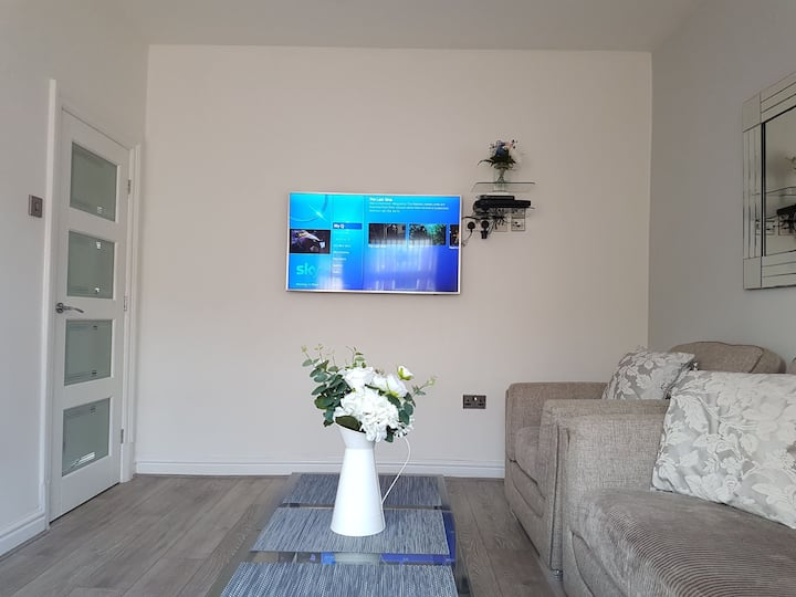 New/Modern Luxury 4 Bed House, Free Parking.