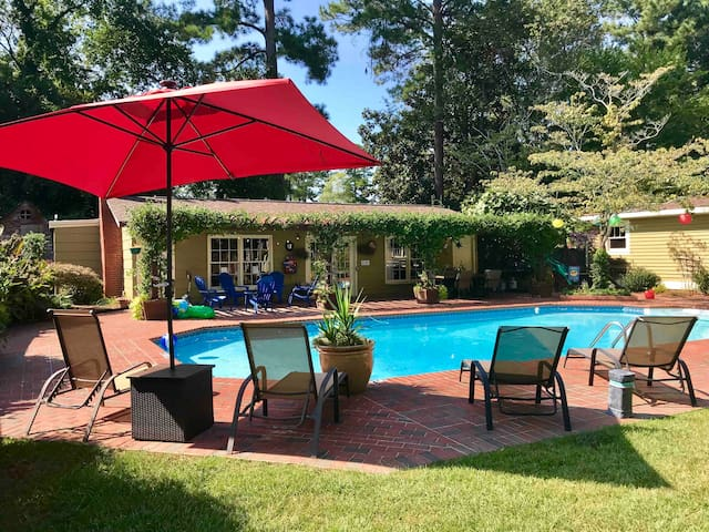 Cozy guest house cottage with 40x20 saltwater pool, hot tub,  and garden views. Gusts have full access to pool and hot tub during their stay.