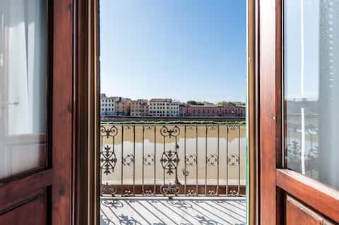 Romanttinen Riverfront-huoneisto, jossa on 2 parveketta