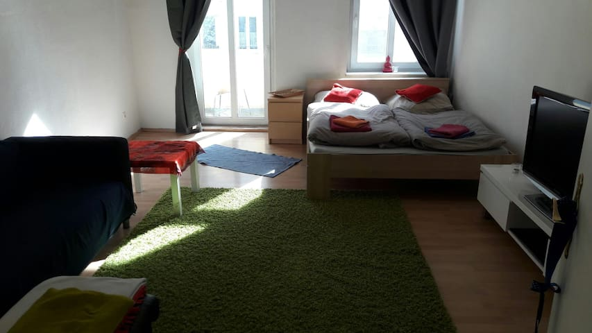 Sunny room with balcony- TOP location in fhain - Berlín