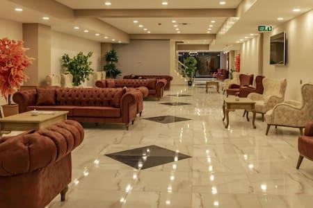 Unlimited breakfast luxurious room.Cntrl location.