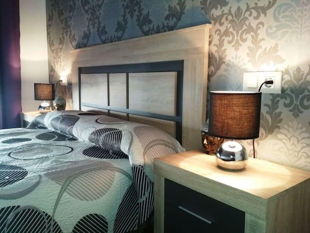 Ámplio dormitorio de matrimonio climatizado con colchon y almohada viscoelástica.