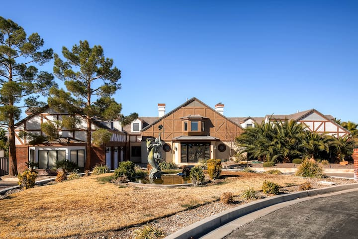 Large 8 Bedroom Home near Airport/Strip