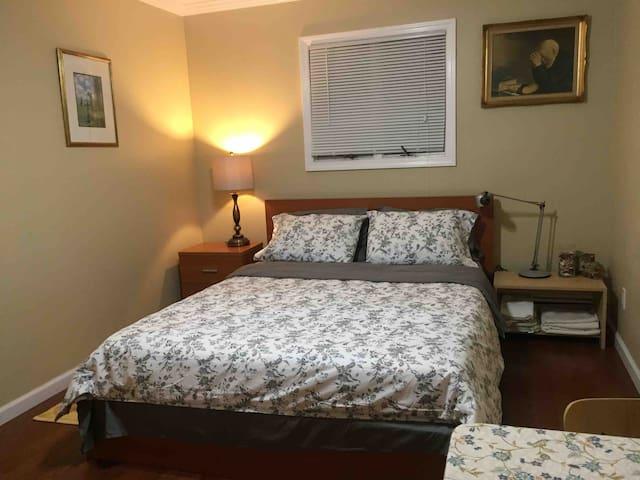 Spacious clean & quiet  private rooms in Center LI